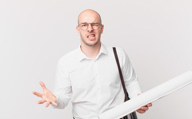 Architect kijkt boos, geïrriteerd en gefrustreerd schreeuwend wtf of wat is er mis met jou