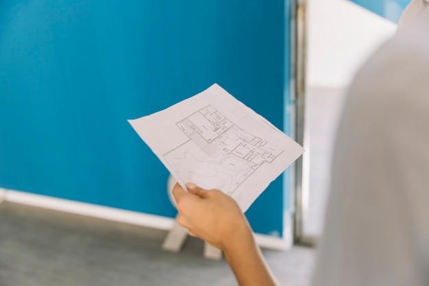 Architect met bouwplan