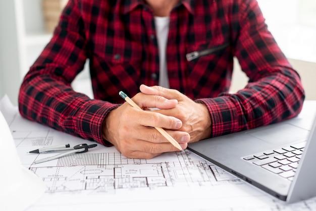 Architect met projecten op kantoor