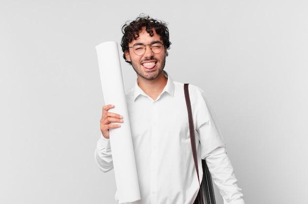 Architect met vrolijke, zorgeloze, rebelse houding, grappen maken en tong uitsteken, plezier maken