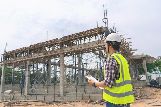 Architect of bouwingenieurs werken op de bouwplaats