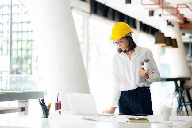 Architect of ingenieur die op kantoor werken