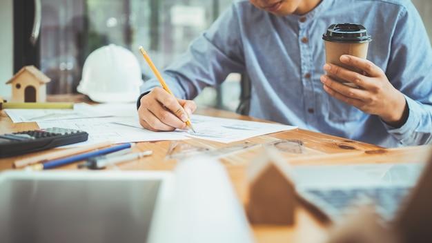 Architect of ingenieur werken op kantoor