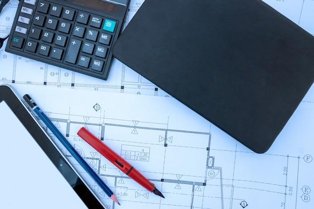 Architect ontwerp werkt tekening schets plannen blauwdrukken in architect studio