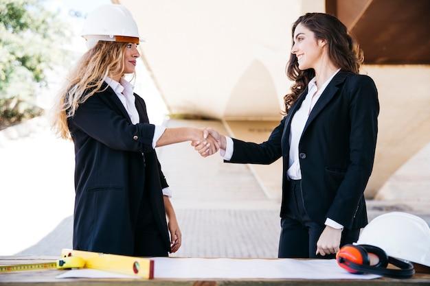 Architect schudden hand van zakenvrouw