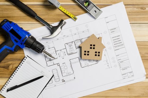Architect werkplek bovenaanzicht. architecturaal project, blauwdrukken, blauwdruk rollen op tafel. bouw. engineering tools. kopieer ruimte