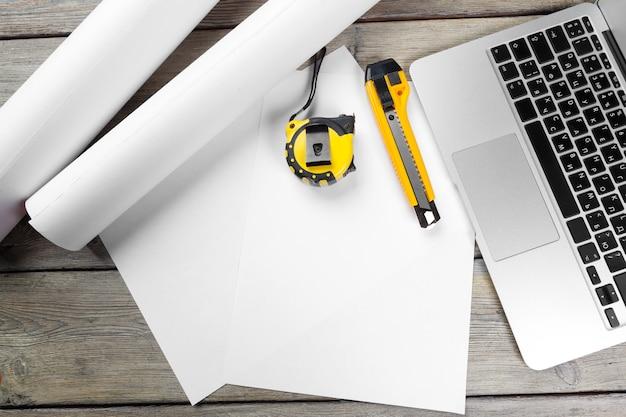 Architect werkplek met opengeklapte laptop en instrumenten bovenaanzicht