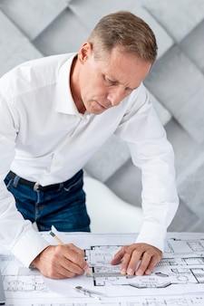Architect werkt aan een complex plan