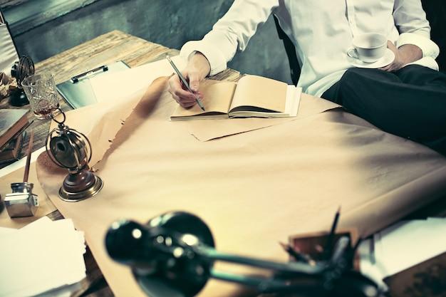 Architect werkt aan tekentafel in kantoor