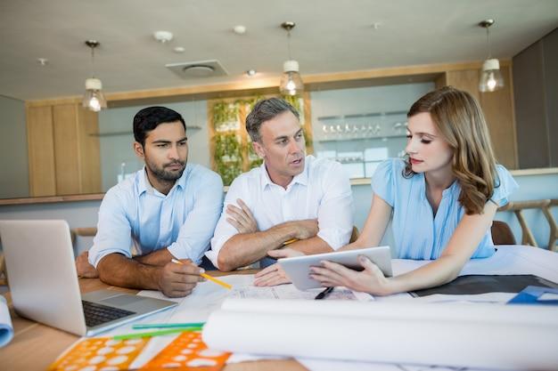Architecten bespreken met elkaar in vergaderruimte