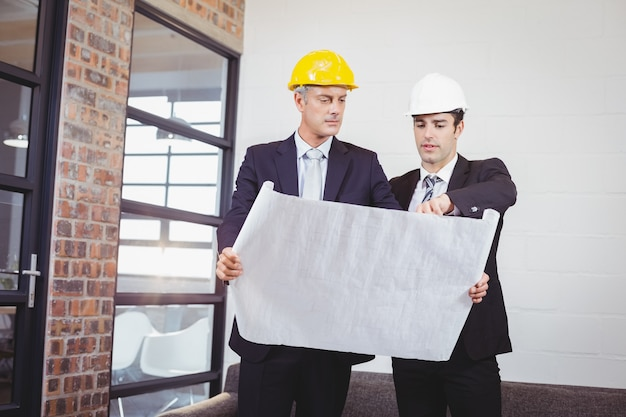 Architecten die blauwdruk houden