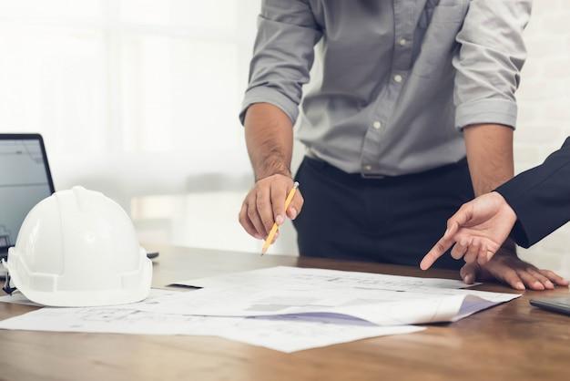 Architecten die een project op kantoor bespreken