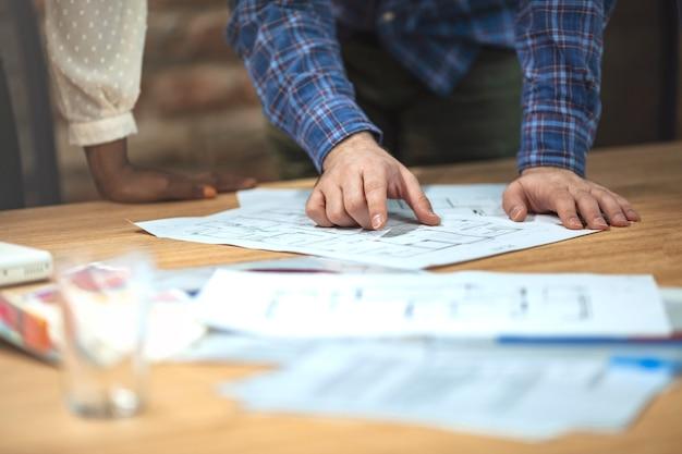 Architecten die met blauwdrukken op kantoor werken. teamwork architecten concept.