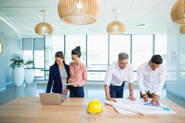 Architecten die op kantoor werken