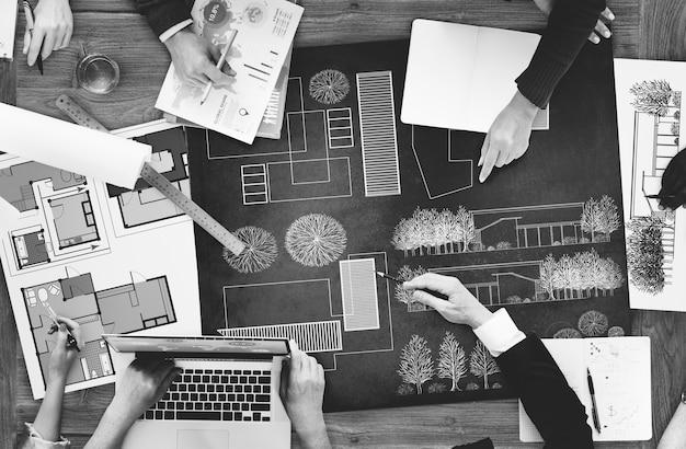 Architecten en ontwerpers werken op kantoor