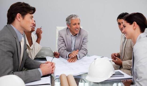 Architecten in een vergadering plannen bestuderen
