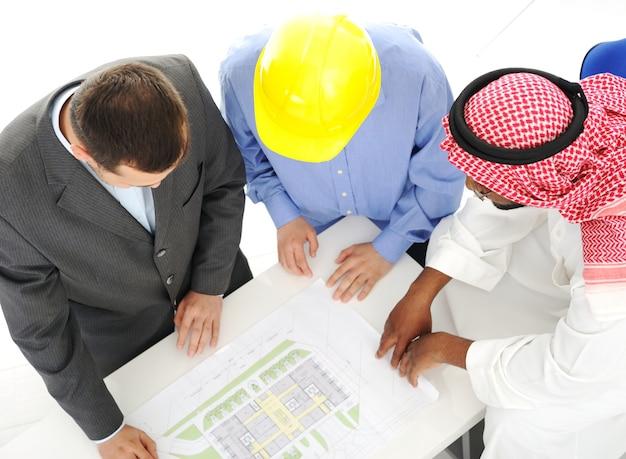 Architecten in het midden-oosten die techniekontwerpproject bespreken