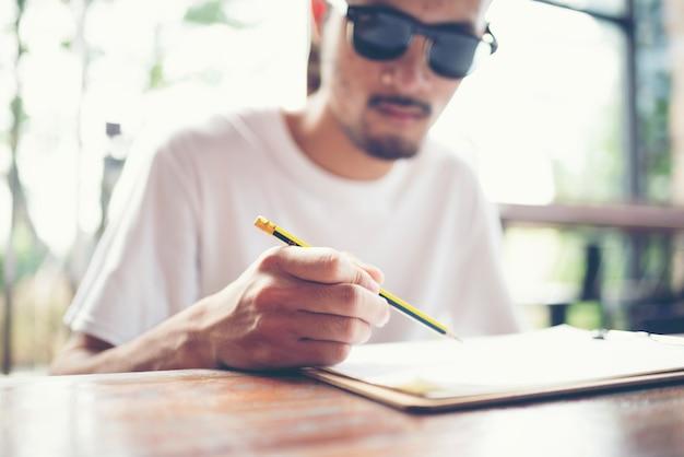 Architecten ontwerpen op papier.