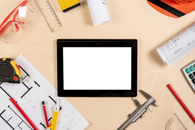 Architectenbureau met tablet op hoogste model