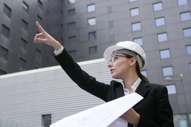 Architectenvrouw werken openlucht met gebouwen
