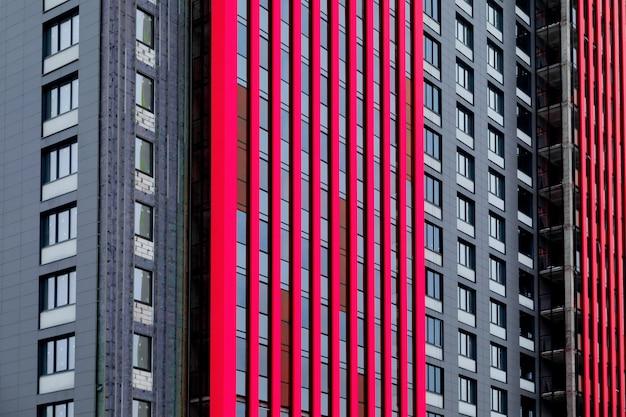 Architectonisch patroon van de ramen en geventileerde gevel van een gebouw met meerdere verdiepingen symbool van het stadsleven