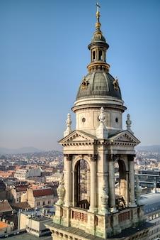Architectonische constructie van de klokkentoren van de sint-stefanusbasiliek in boedapest, hongarije op een achtergrond van helderblauwe hemel. luchtfoto.