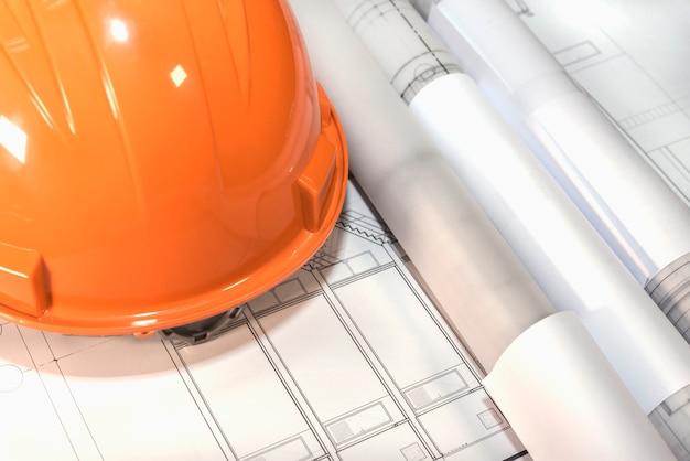Architectonische plannen projecttekening en blauwdrukken rollen met hem
