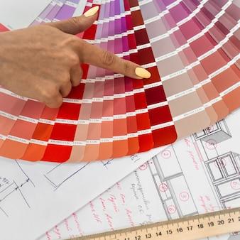 Architecturaal blauwdrukinterieur met papierstalen en een veelkleurig palet en tekengereedschappen