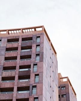 Architecturaal flatgebouw in de stad met exemplaarruimte