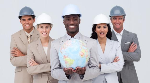 Architecturaal team dat een aardse bol houdt