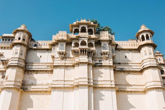 Architecturaal van het paleis van de stad in udaipur rajasthan, india