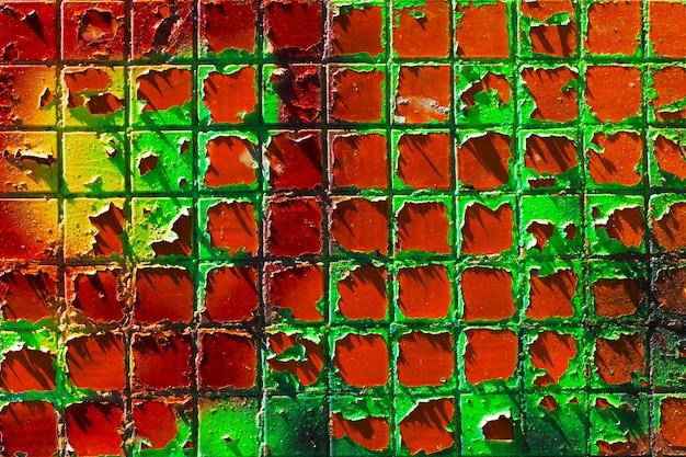 Architecturale achtergrond gemaakt van geschilderde mozaïek muur met peeling verf.