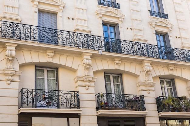 Architectuur en exterieur concept. klassieke balkons