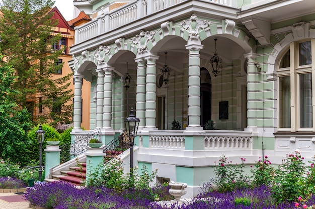 Architectuur in karlovy vary, ingang van het hotel