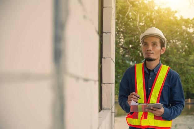 Architectuur ingenieur inspectie op locatie bouw onroerend goed