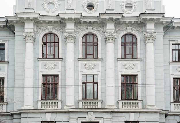 Architectuur van het historische gebouw met ramen en kolommen.