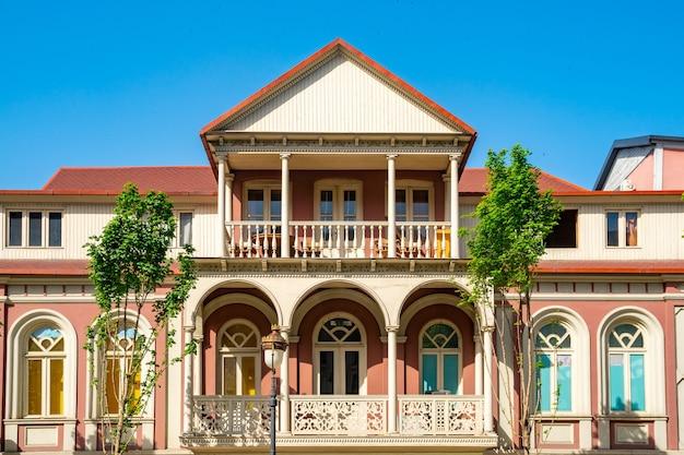 Architectuur van het oude tbilisi, buitenkant van oude huizen met houten balkon, agmashenebeli-straat.