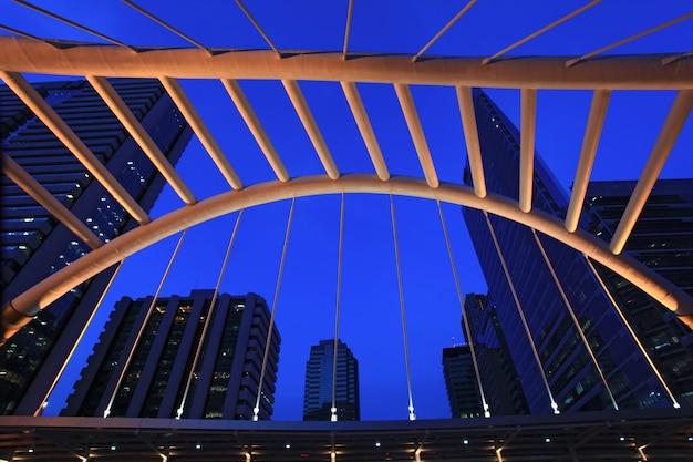 Architectuur van openbare skywalk in bangkok de stad in