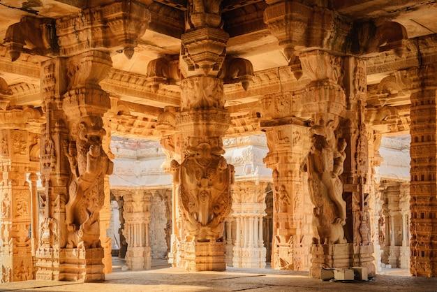 Architectuur van oude ruïnes van de tempel in hampi