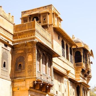 Architectuur van salam singh ki haweli (moti mahal) in jaisalmer, rajasthan, india.