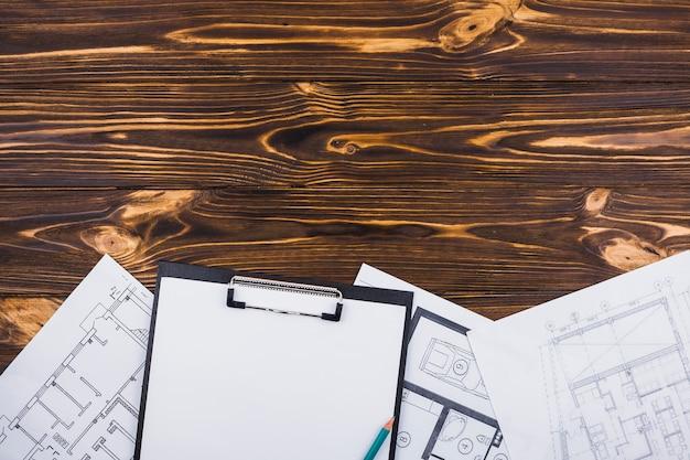 Architectuurconcept met klembord en copyspace