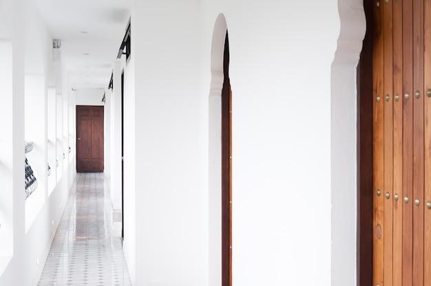 Architectuurgang, interieur klassiek wit hotel, loopbrug gebouwen op bestemming