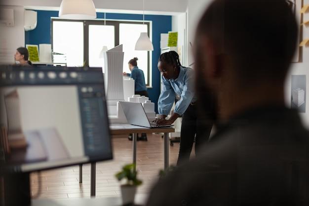 Architectuurzakenmensen die aan computer werken