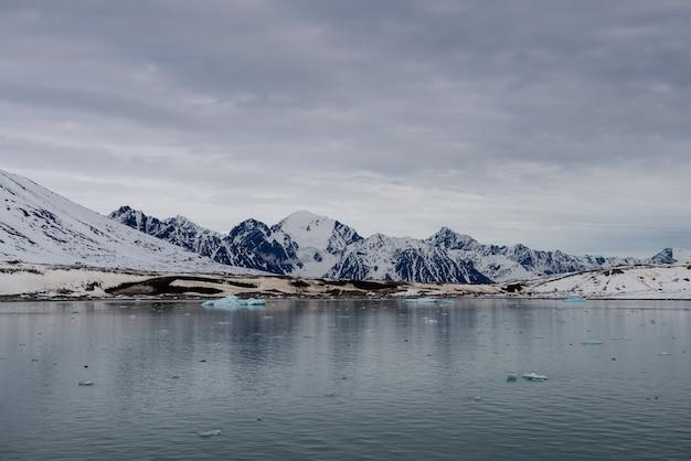 Arctisch landschap met prachtige verlichting in spitsbergen