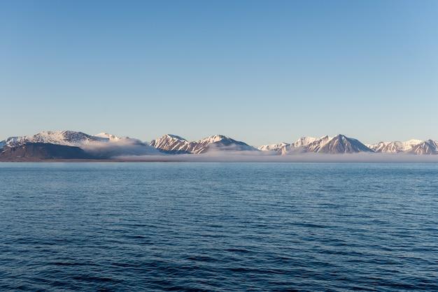Arctische landschap met bergen en wolken in svalbard in de zomer