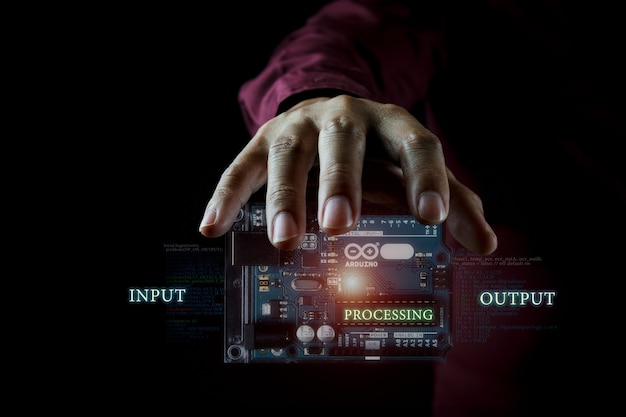 Arduino-controllerfotoconcept op de donkere achtergrond en infographic details