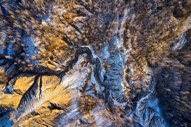 Areal uitzicht zandheuvels meren rivieren terrein oude zandmijnen bedekt met eerste sneeuw