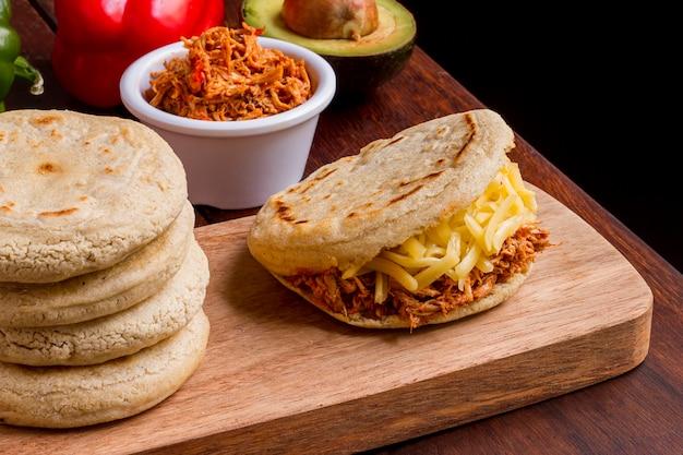 Arepa met vulling en ander voedsel
