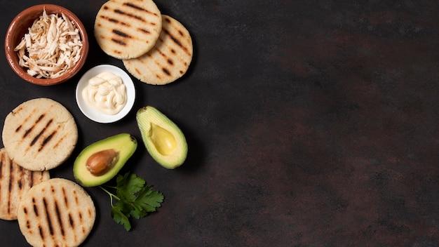 Arepas en avocado frame bovenaanzicht