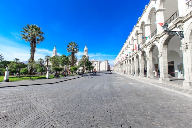 Arequipa peru 9 november: hoofdplein van arequipa met kerk op 9 november 2015 in arequipa, peru. arequipa's plaza de armas is een van de mooiste in peru.